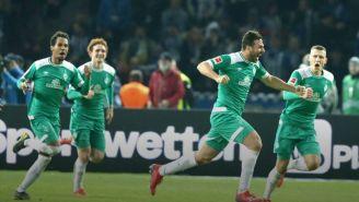 Claudio Pizarro festeja su gol ante el Hertha