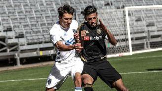 Carlos Vela y un jugador de San José disputan un balón