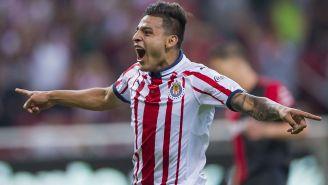 Alexis Vega festeja el primer gol contra Atlas