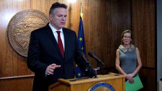 Mike Dunleavy durante la presentación de su plan presupuestario