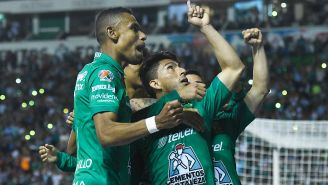 Jugadores de León celebran gol contra Toluca