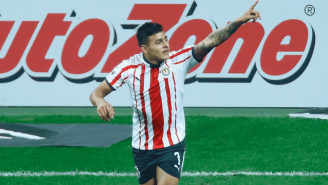 Alexis Vega festeja gol con Chivas en la J7 del C2019