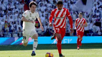 Odriozola y Lozano pelean el balón en el Bernabéu