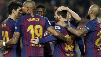 Jugadores celebran una anotación con Leo Messi