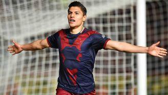Ronaldo Cisneros festejando un gol con Chivas