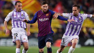 Messi es presionado por jugadores del Valladolid