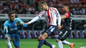 Alexis Vega intenta anotarle a Pepe Hernández