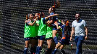 Jugadoras de Puebla festejan el gol contra Pumas