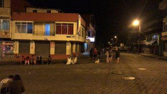 Personas afuera de sus casas tras sismo en Ecuador
