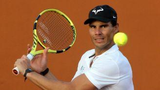 Rafael Nadal calienta antes de un partido