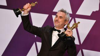 Cuarón con las tres estatuillas de los 'Oscars'