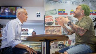 Jorge Ramos con un músico venezolano