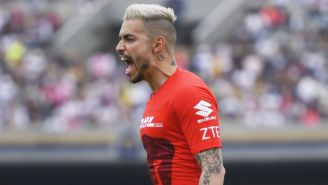 Alfredo Saldivar festejando un gol de Pumas