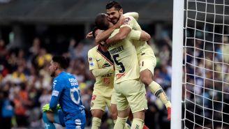 Martín abraza a sus compañeros tras anotar