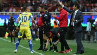 Leandro Torres, de San Luis, reclama al árbitro Óscar Mejía