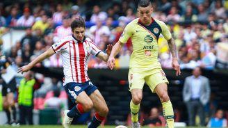 Uribe y Brizuela disputan el balón en el último Clásico Nacional