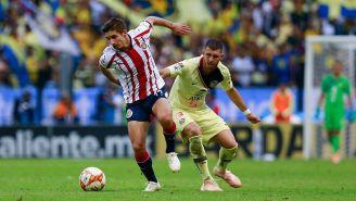 Brizuela y Guido Rodríguez disputan el balón en un Clásico