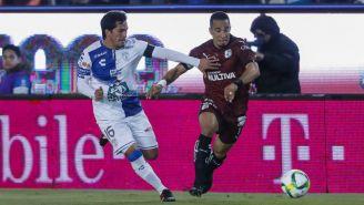 Jorge Hernández pelea por el balón con Camilo Sanvezzo