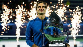 Federer posa con su trofeo tras ganar el torneo de Dubai