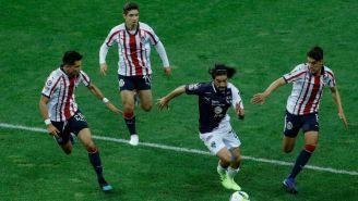 Pizarro conduce el balón contra Chivas