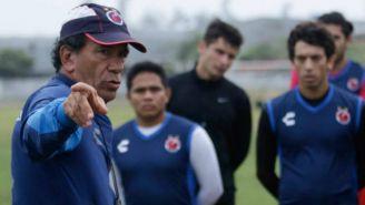 Arturo Avilés Sosa da indicaciones a jugadores