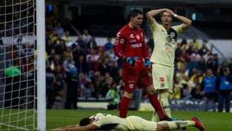 Guido Rodríguez se lamenta en el juego contra Necaxa