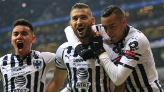 Jugadores de Rayados celebran anotación de Nico Sánchez