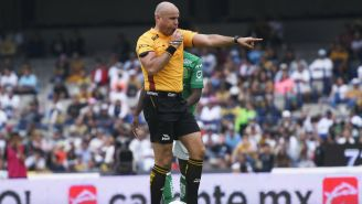 Chacón pita una falta en el Estadio Olímpico Universitario