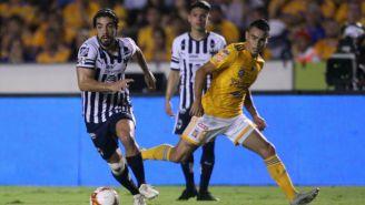 Rodolfo Pizarro conduce el balón ante la marca de Lucas Zelarayán