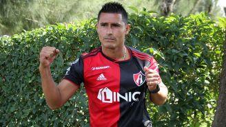 Osvaldo Martínez posa con la camiseta del Atlas