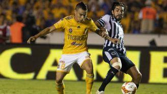 Lucas Zelarayán y Rodolfo Pizarro disputan un balón