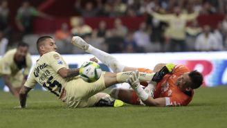 Nicolás Castillo y Nicolás Vikonis durante la polémica jugada