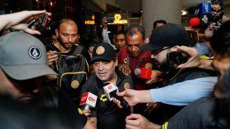 Maradona se vio rodeado de seguridad y reporteros a su llegada