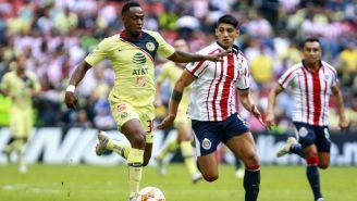 Ranato Ibarra y Alan Pulido en disputa de un balón