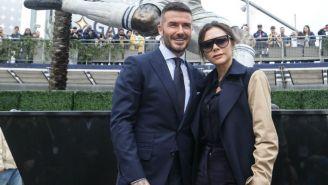 David Beckham con su esposa en la revelación de su estatua