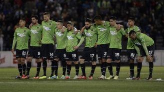 Jugadores de Juárez observan una tanda de penaltis