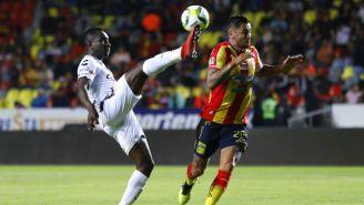 Eryc Castillo y Rodrigo Millar pelean por el balón en partido de Copa MX