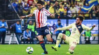 Molina conduce el esférico frente a Hernández de América