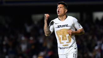 Juan Manuel Iturbe festeja un gol con Pumas