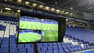 Pantalla del VAR en un estadio