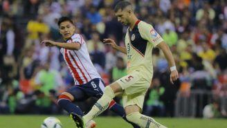 Guido Rodríguez hace un pase en el Clásico Nacional