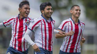 Jugadores de Chivas Sub 20 festejan un gol al América Sub 20