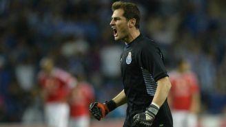 Iker Casillas festeja un gol del Porto