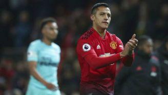 Alexis Sánchez aplaude en un juego del Man Utd