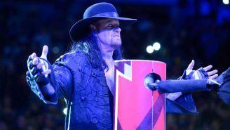 The Undertaker hace su aparición en el ring