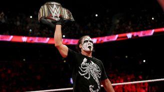 Sting posa con el campeonato de la WWE