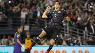 Raúl Jiménez festeja su gol ante Chile