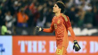 Memo Ochoa en el partido contra Chile