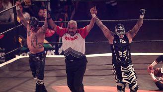 Los Lucha Brothers festejan en el ring de AAA