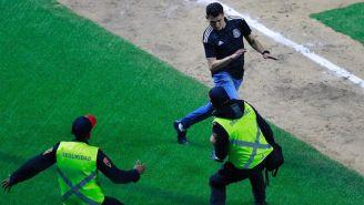El fan trató de evadir a los policías para llegar a home